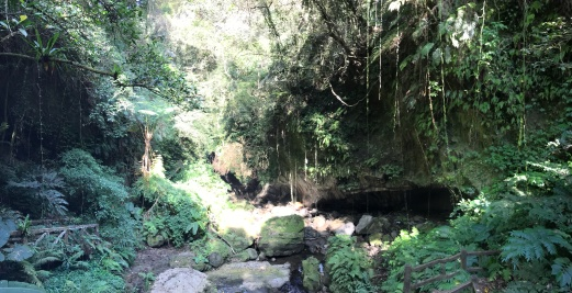 圖2_山壁岩洞