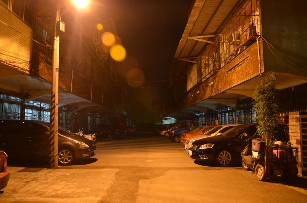 1我從小生長、玩耍的街道,靜謐的夜景。