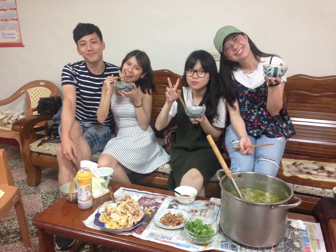 邀請朋友來竹東家中,一同品嚐道地客家湯圓,美食出自阿婆之手。