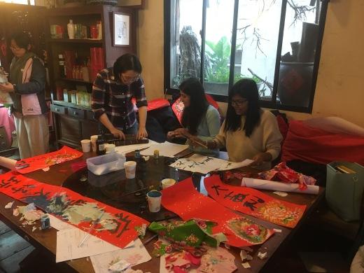 03印度的朋友也一同參與活動,圖為正在練習寫中文字